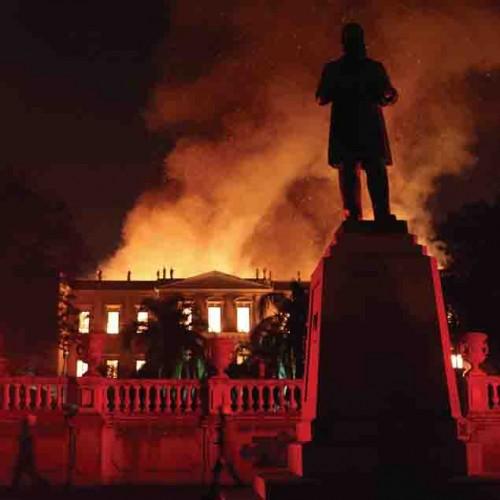 Enorme chama no museu histórico no Rio de Janeiro, Brasil